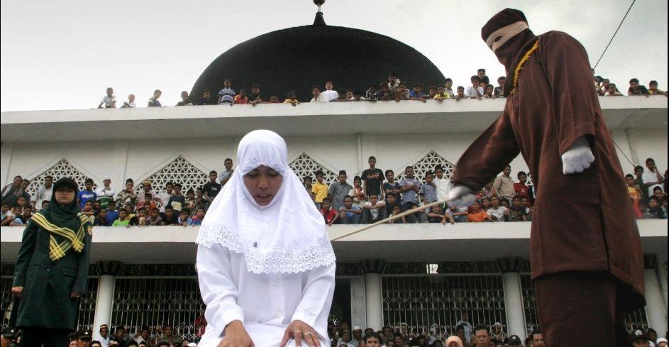 Публичная порка за прелюбодеянии в Индонезии