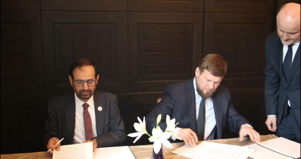 А.Нуайми и А.Жданов скрепляют подписями документ