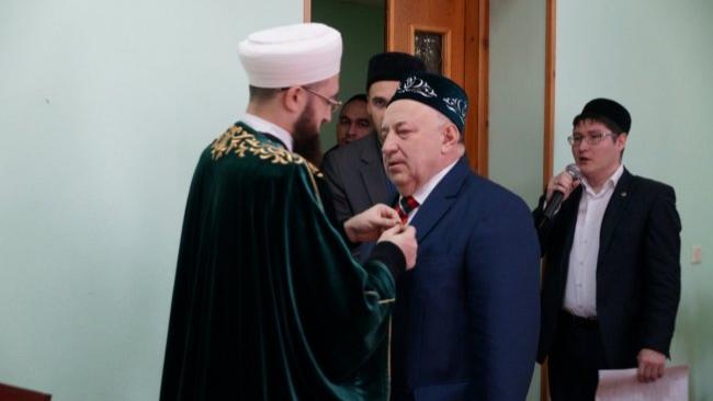 Муфтий Татарстана награждает Эдуарда Ганеева за вклад в развитие духовных ценностей