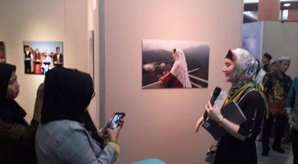 Журналисты на фоне выставочных экспонатов