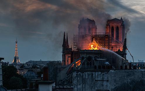 Охваченный огнем собор