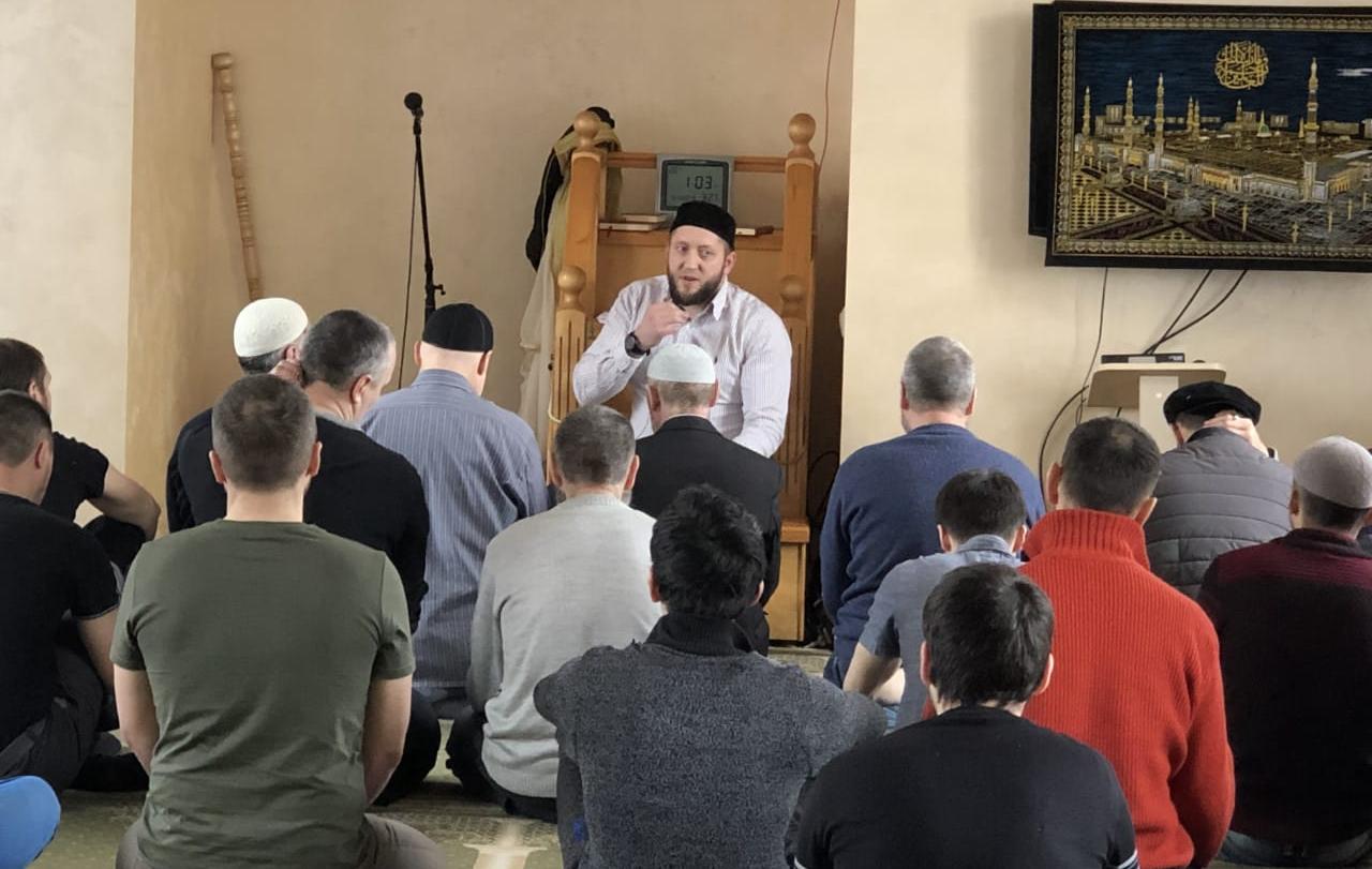 Имам Ахметов общается с единоверцами в мечети