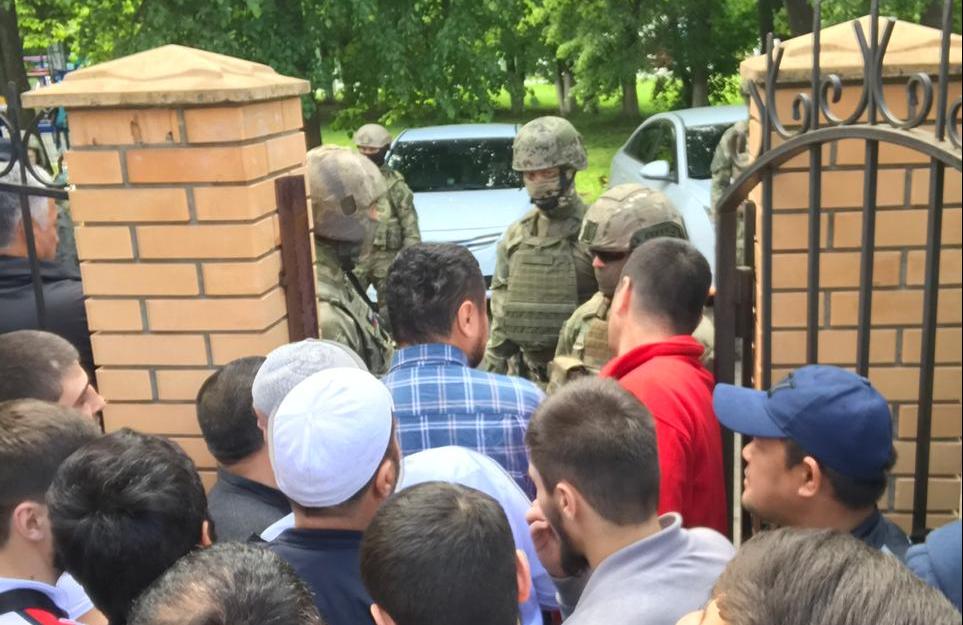 Зеленые человечки заблокировали мечеть