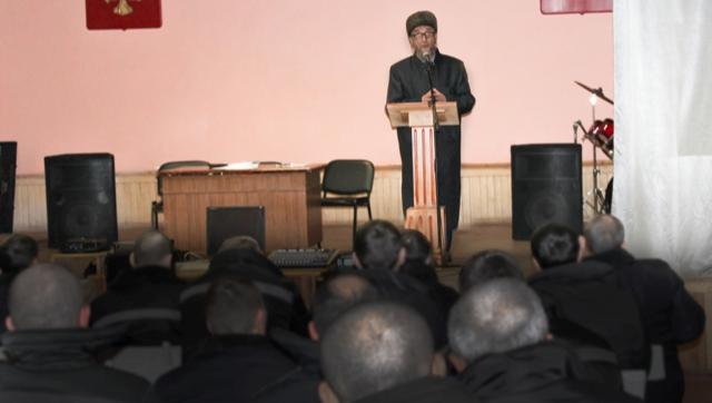 Муфтий Ашарин выступает на встрече с заключенными