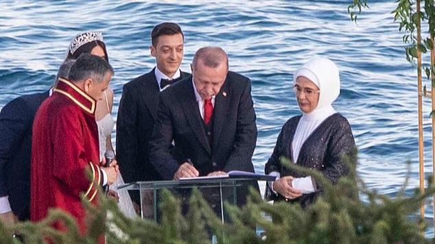 Эрдоган ставит подпись в записи о регистрации брака. Фото: MEGA