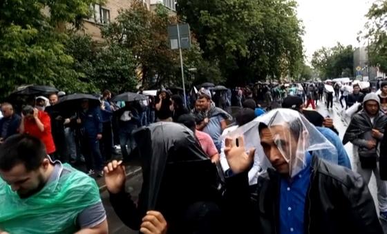 Дождь не отпугнул мусульман, пришедших на пятничную молитву