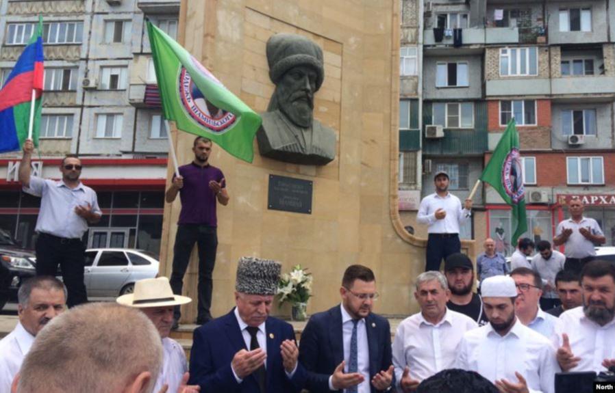 Мэр Махачкалы и другие официальные лица и общественные деятели на открытии постамента