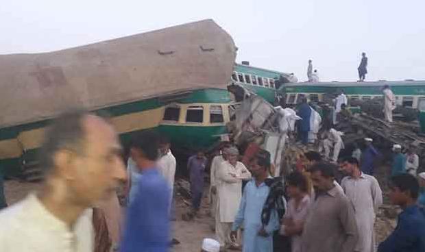 Последствия аварии на железной дороге в Пакистане