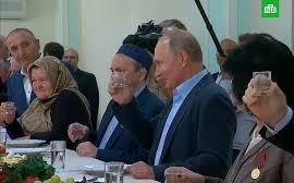 Путин, как обещал, выпил из стопки