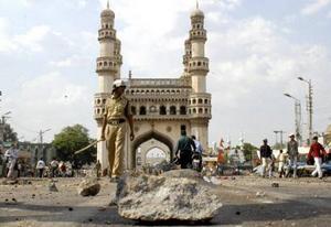 Неспокойная тишина после взрыва. Мечеть Мекка Масджид (г. Хайдерабад, Индия).