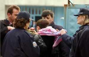 Полицейские срывают хиджаб с головы девушки