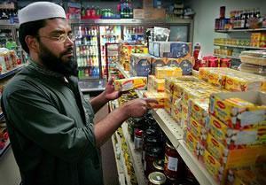 Мохаммед Эхташамуддин за прилавком своего магазина.