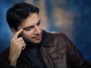 Сами Юсуф дает интервью в Нью-Йоркской студии.