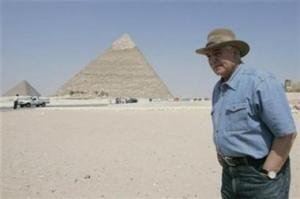 Глава египетского Совета по делам древностей Захи Хавас около пирамид в Гизе