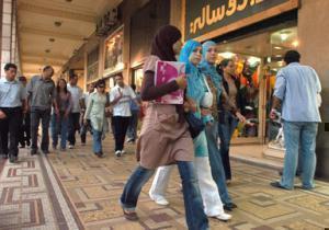 Молодые мусульманки идут по городу
