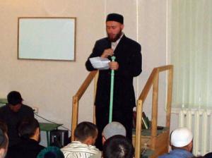 Саид Байбурин на трибуне мечети во время пятничного намаза