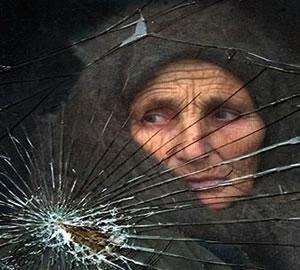 Беженка, пересекающая границу Чечни с Ингушетией (фото 2000 г.).