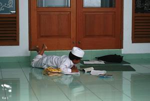 """Маленький индонезиец хочет поскорее """"разделаться"""" с домашним заданием."""