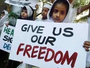 Дети участвуют в митинге, организованном исламской общиной Мумбаи (Бомбей).