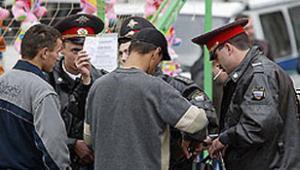 Дагестанские милиционеры проверяют мусульман, вышедших из мечети