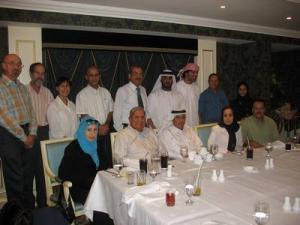 Интеллигентные мусульмане терпеливо дожидаются ифтара в ресторане