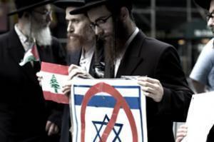 Иудеи-ортодоксы митингуют вместе с мусульманами против израильского государства и сионизма (Нью-Йорк, 2006 год).
