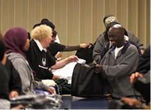 Мусульмане из Сиэттла заняты упаковкой вещей первой необходимости для благотворительной раздачи.