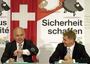 """Президент Швейцарской народной партии Маурер (слева) предсказывает большой успех кампании """"черной овцы""""."""
