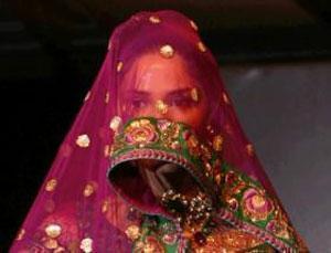 Одна из моделей, представляющая коллекцию пакистанского дизайнера Сахар Атиф.