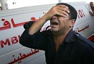 Палестинский полицейский, доставивший жертв израильских бомбежек в местную больницу, больше ничем не может им помочь.