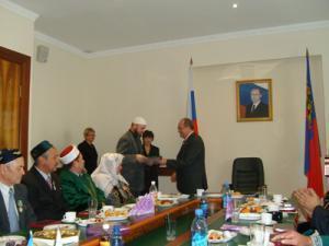 Руководитель аппарата администрации КО Е.Баранов поздравляет главу Казыятского управления Р.Темурова