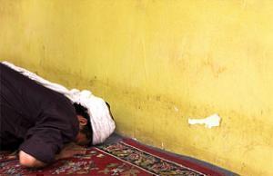 Мусульманин-уйгур совершает намаз.