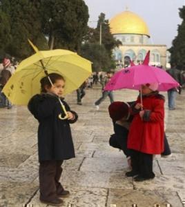 Ид аль-Адха 2007: маленькие палестинки после праздничной молитвы.