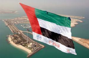 Государственный флаг ОАЭ в небе над Абу-Даби (2 декабря 2007 г.).