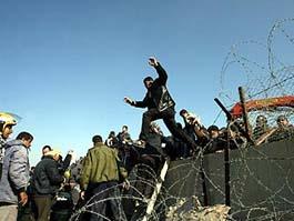 Палестинцы пересекают границу с Египтом