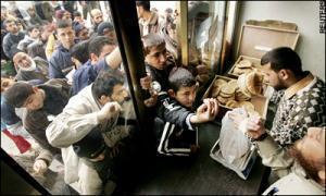 Палестинцы в секторе Газа вынуждены выстаивать в длинных очередях, чтобы купить хлеб