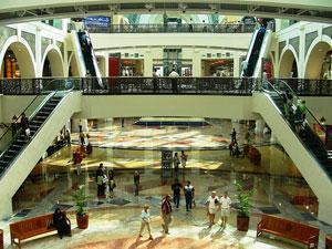 Крупнейший на Ближнем Востоке торговый центр обучает иностранцев правилам исламского этикета