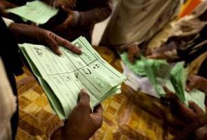 Подсчет голосов на одном из избирательных участков в Лахоре