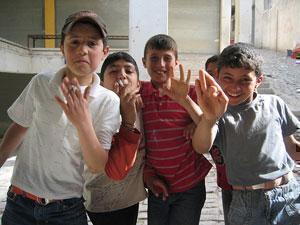 """Турецкую молодежь приучают к курению """"потайных"""" мини-сигарет"""