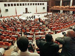 Партия справедливости и развития и Партия национального демократического действия считают, что запрет на ношение мусульманских платков нарушает права и свободы граждан