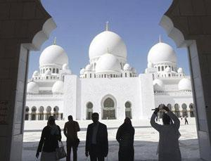 Самая большая мечеть ОАЭ приняла первых экскурсантов