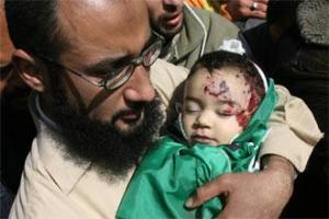 Отец держит своего ребенка, убитого во время последней израильской бомбежки