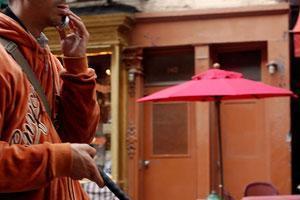 Незрячие эмиратцы получили в подарок специальные сотовые телефоны