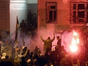 Демонстранты у посольства США в Белграде