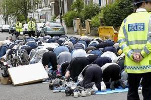 Пятничная молитва на лондонской улице