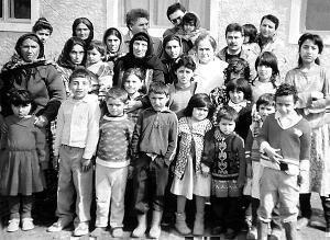 Беженцы, которым посчастливилось вырваться из Ходжалы. Фото azcongress.ru