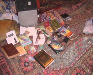 В селе Плиево сотрудники милиции свалили в кучу религиозную литературу, в том числе и Коран. Фото: Ингушетия.Ру