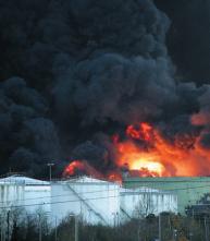 Мощный взрыв на нефтебазе. Махачкалу заволокло дымом