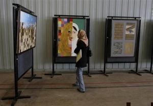 Молодые художницы организовали передвижную выставку в Афганистане
