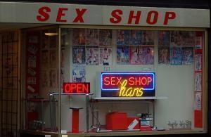 Монах пойман на краже в секс-шопе